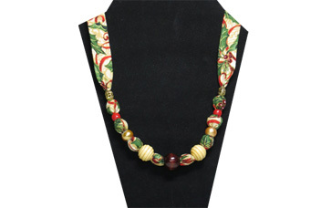 Simple but elegant Christmas necklace with wooden beads